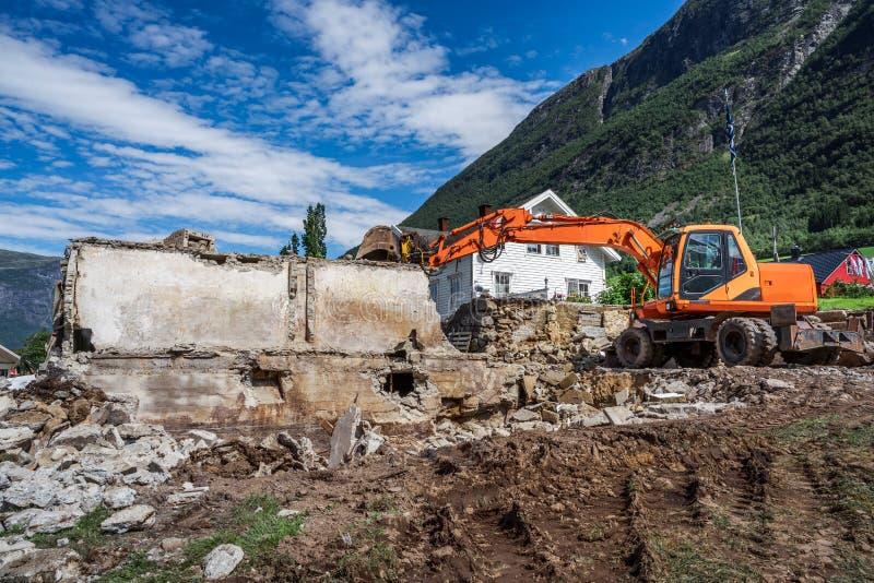 老房子的爆破新房的建筑的 免版税库存图片
