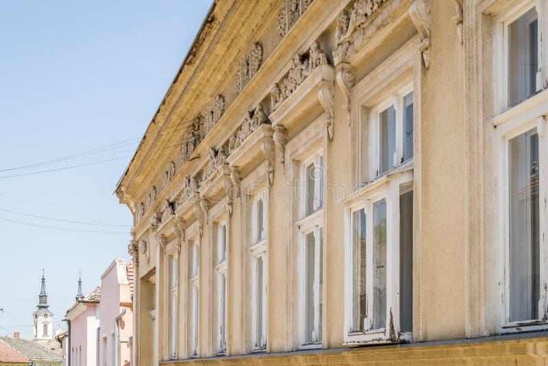 老房子的窗口在斯雷姆斯基卡尔洛夫奇,塞尔维亚 库存图片