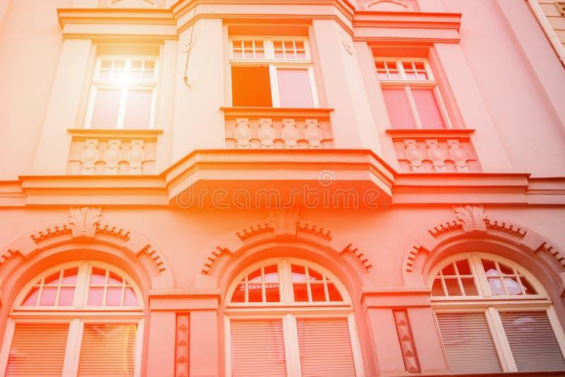 老房子的美丽的门面 片段,细节 桔子定了调子 E 免版税库存照片