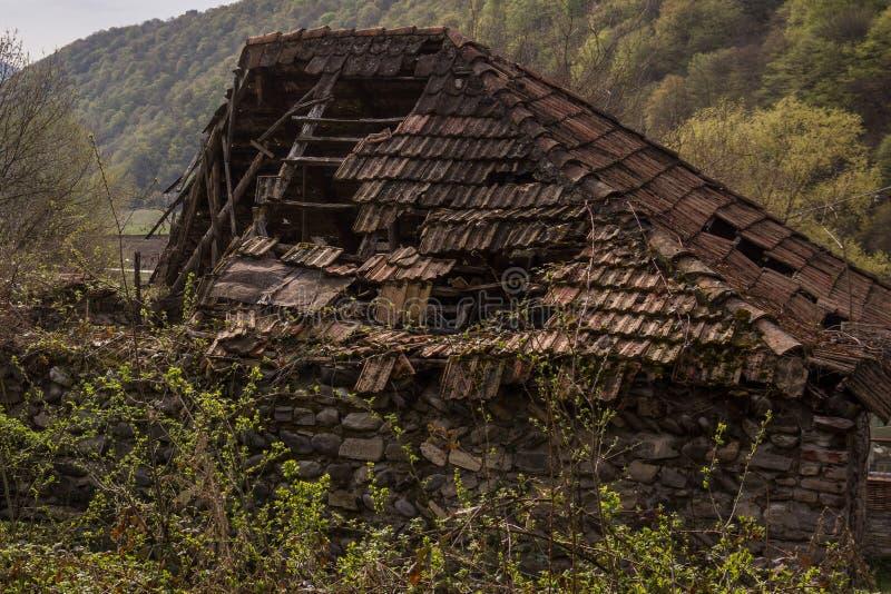 老房子腐烂的屋顶上面  免版税库存图片