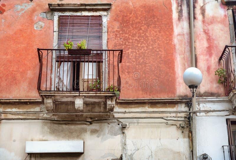 老房子门面有阳台的在陶尔米纳附近的贾尔迪尼-纳克索斯的 意大利西西里岛 免版税库存照片