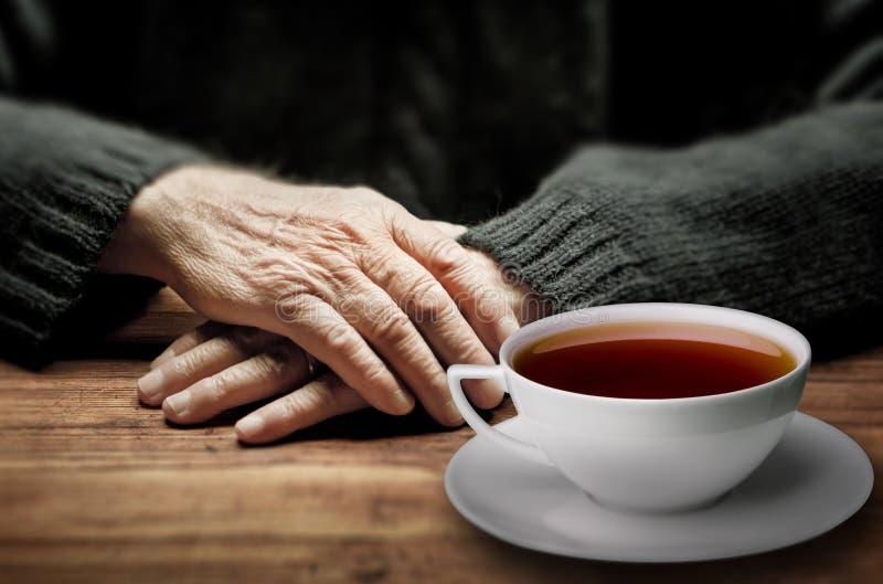 老手和一杯茶 免版税库存照片