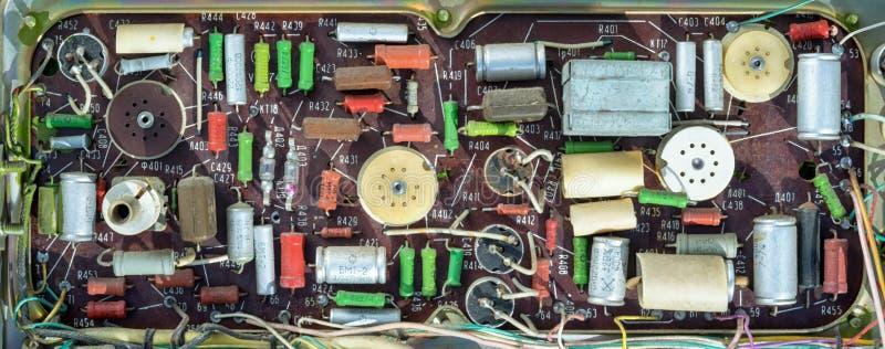 老手手动地被焊接的芯片 图库摄影
