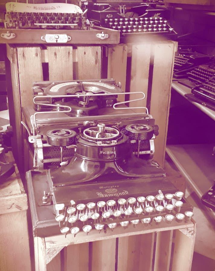老打字机在商店 图库摄影