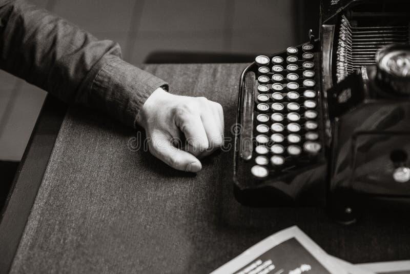 老打字机的作家 库存图片