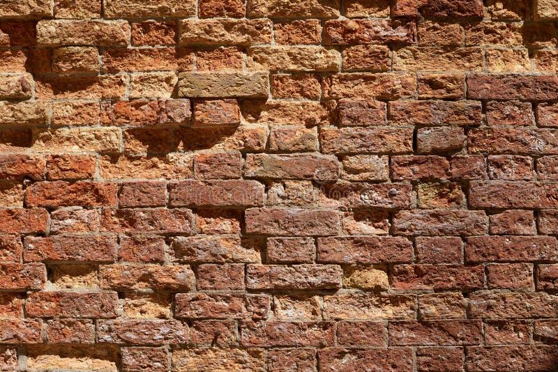 老打破的砖墙纹理背景,阳光 免版税图库摄影