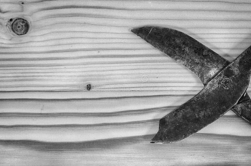 老打破的金属制品在一张木桌上剪 库存图片