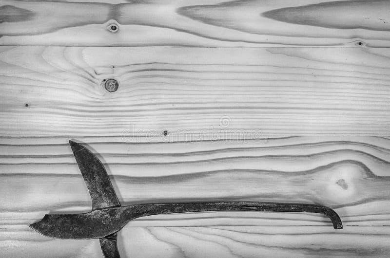 老打破的金属制品在一张木桌上剪 免版税库存照片