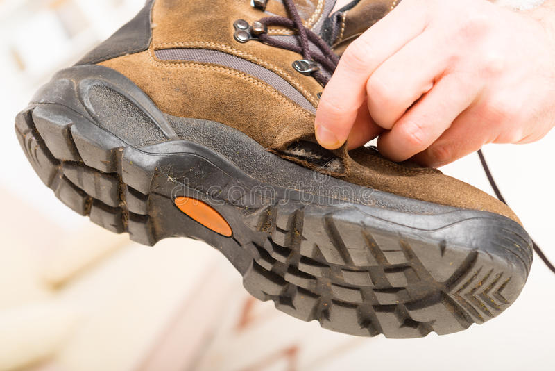 老打破的鞋子 免版税库存图片