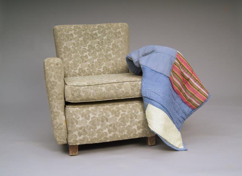老扶手椅子 免版税库存照片