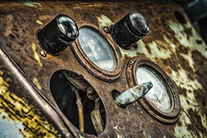 老拖拉机的仪表板 库存照片