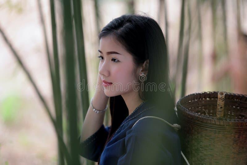 老挝人传统礼服和baske的画象美丽的老挝妇女 免版税库存照片