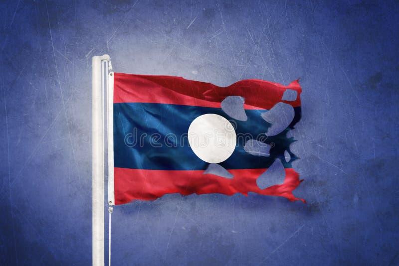 老挝飞行被撕毁的旗子反对难看的东西背景的 皇族释放例证