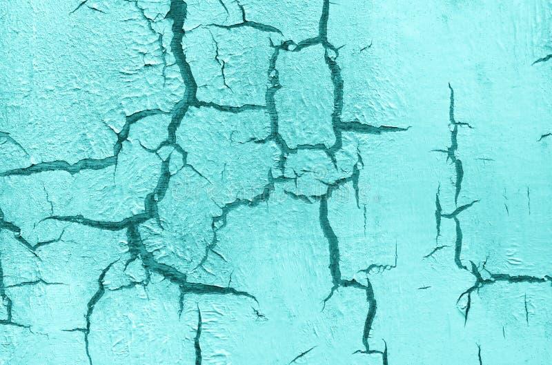 老损坏的破裂的油漆墙壁,难看的东西背景,绿松石淡色 免版税图库摄影