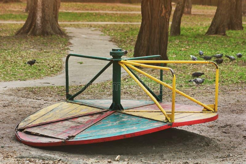 老摇摆在公园 残破的摇摆 库存图片