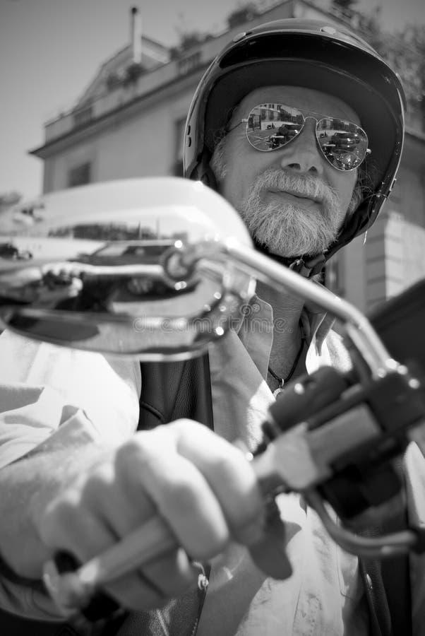 老摩托车骑士 免版税库存图片