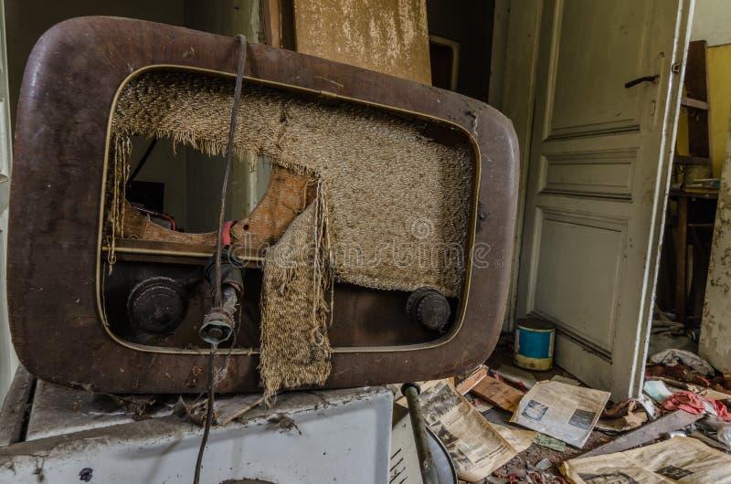 老收音机在房子里 免版税库存照片