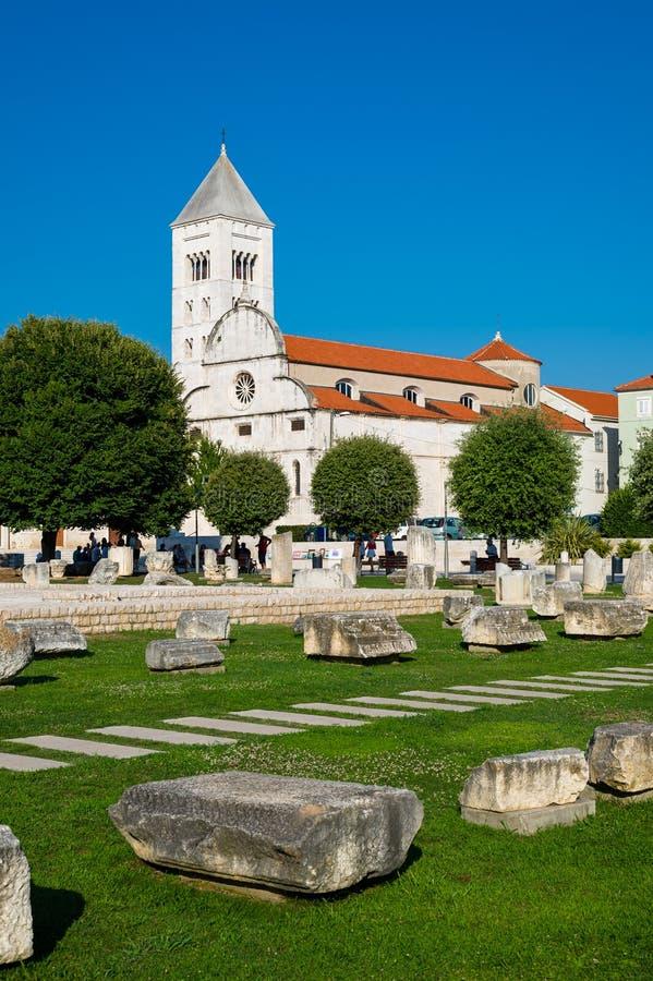 老教会和古老废墟看法在扎达尔,克罗地亚 库存图片