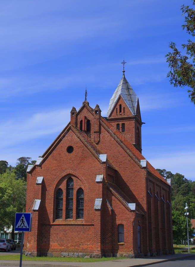 老教会福音派路德教会在Juodkrante村庄, 免版税库存图片