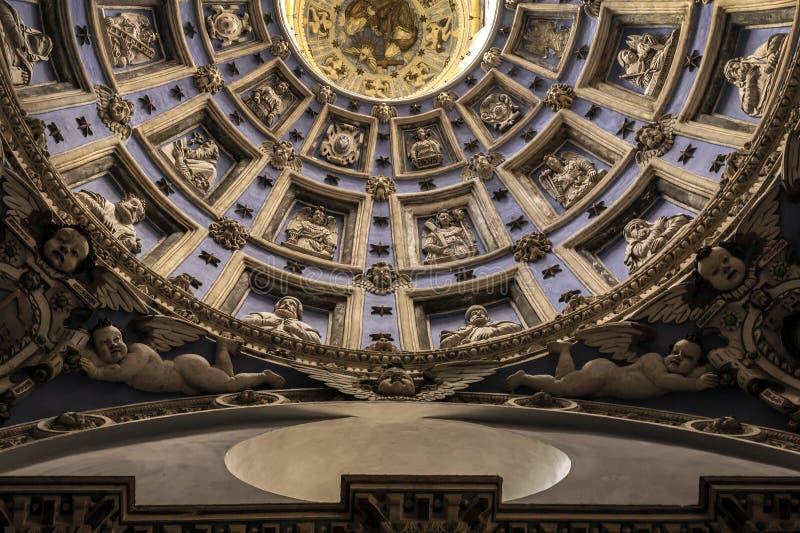 老教会,在与天使雕塑的圆顶里面  cathedr 图库摄影