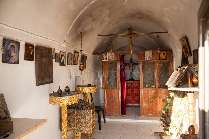 老教堂的内部小山的 小教会在Faliraki 免版税库存照片