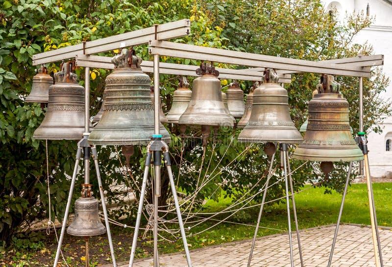 老教堂钟 yaroslavl 莫斯科 在回顾的修道院地面建立的响铃由游人 免版税库存照片