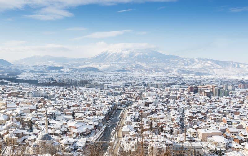 老文化城市prizren,科索沃用雪盖了在冬天季节 免版税库存图片