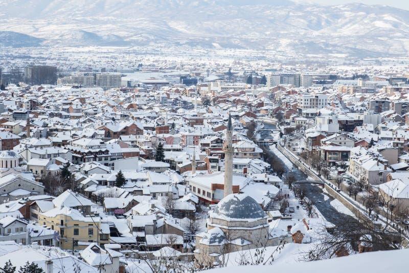 老文化城市prizren,科索沃用雪盖了在冬天季节 库存图片
