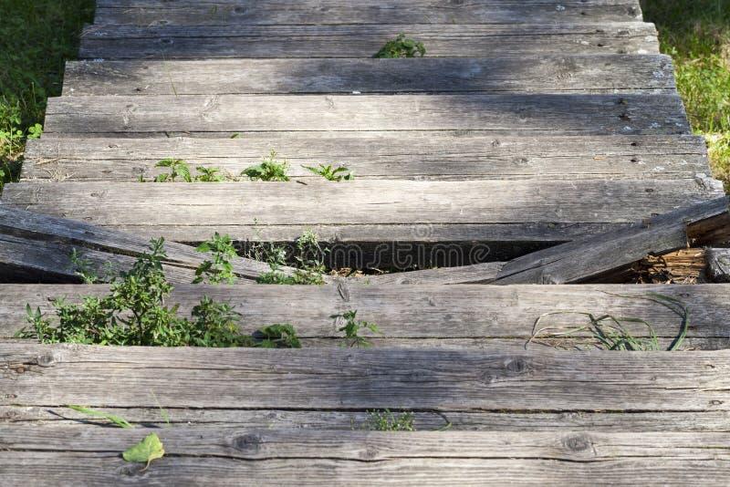 老断裂木楼梯 库存图片