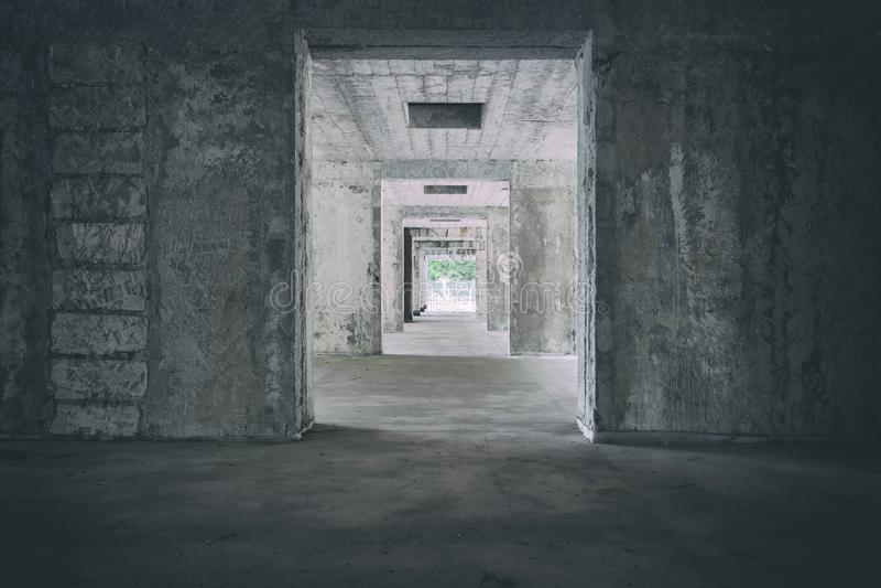 老旅馆被放弃的走廊在斯洛伐克Urbex 有小插图的蠕动的走廊 光在隧道尽头 鬼和黑暗 免版税库存图片