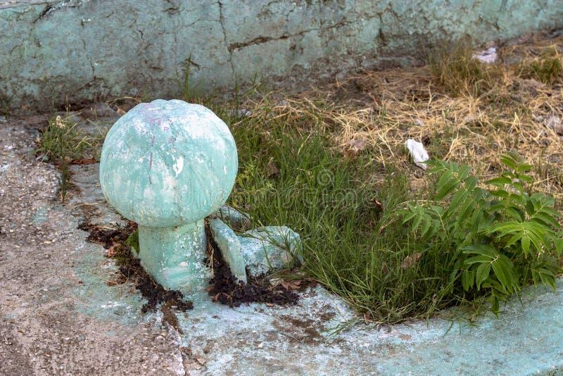 老无背长椅坟茔接近的射击与绿色的 免版税库存照片
