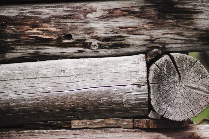 老日志小屋在村庄 库存照片