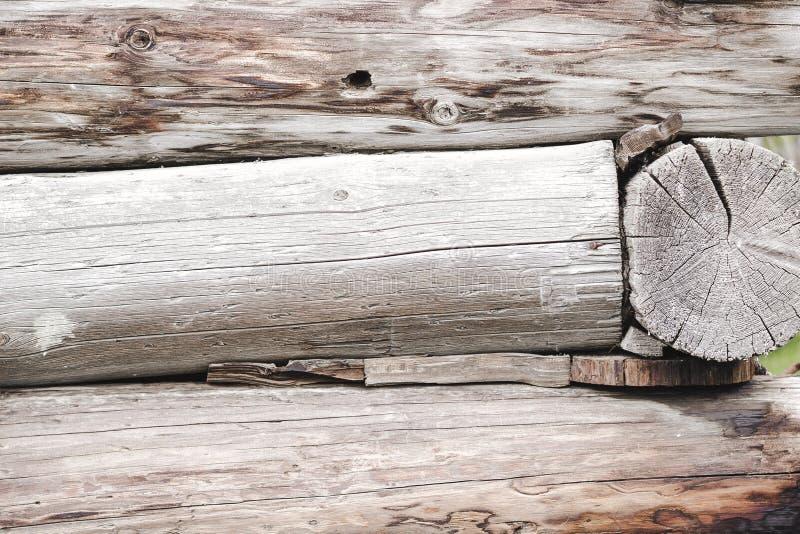 老日志小屋在村庄 免版税图库摄影