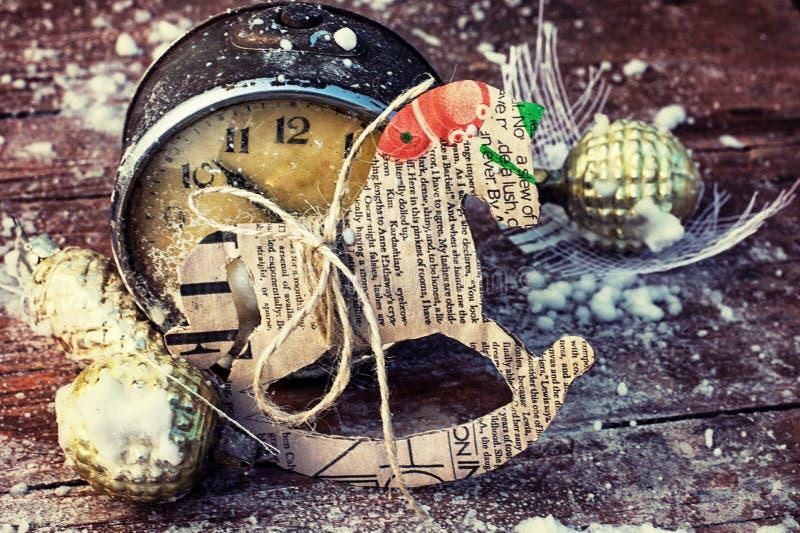 老时钟和圣诞节装饰 免版税库存照片