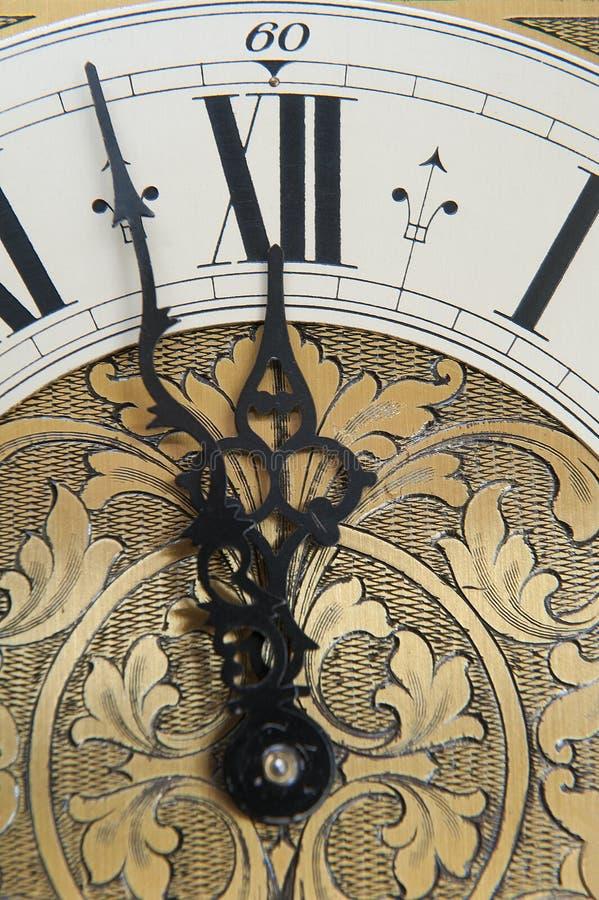 老时钟显示时间 库存照片