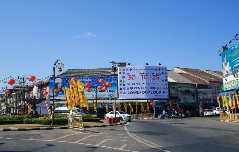 2019?2?11? 老普吉岛镇,泰国 街道和路有朱红色的灯笼的 免版税库存图片