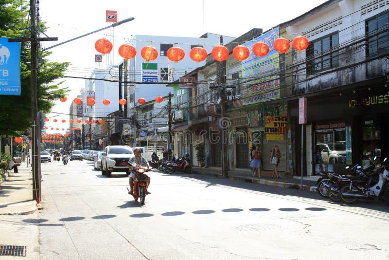 2019?2?11? 老普吉岛镇,泰国 街道和路有朱红色的灯笼的 图库摄影