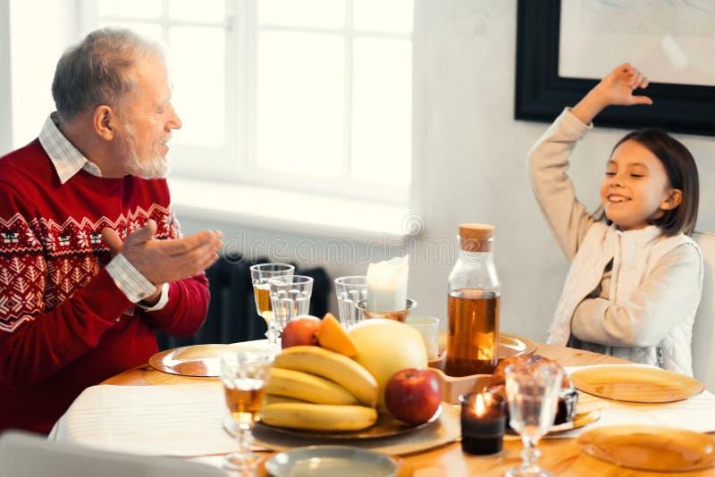 老有人和他的爷爷膳食在家 免版税库存照片