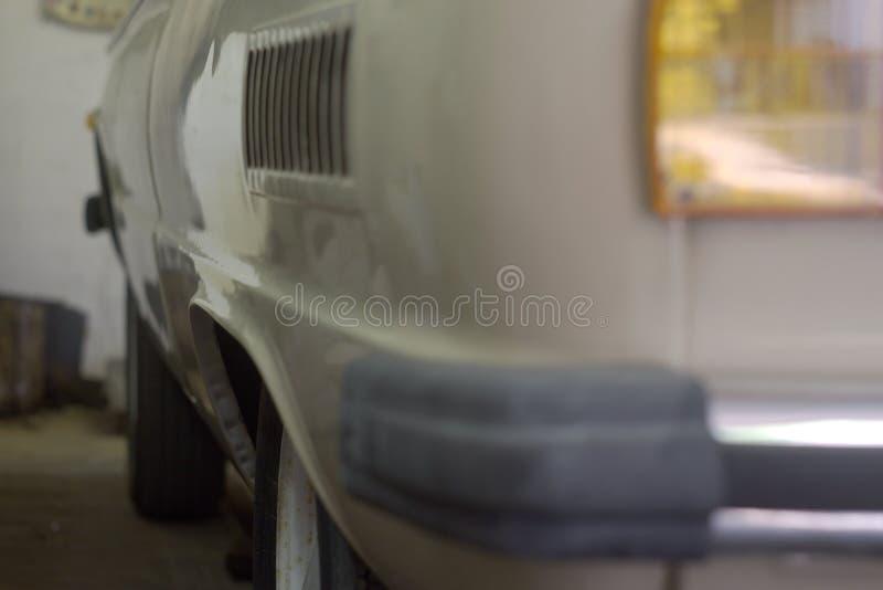 老有全新的轮胎的汽车钢轮子在生锈的外缘 免版税库存图片