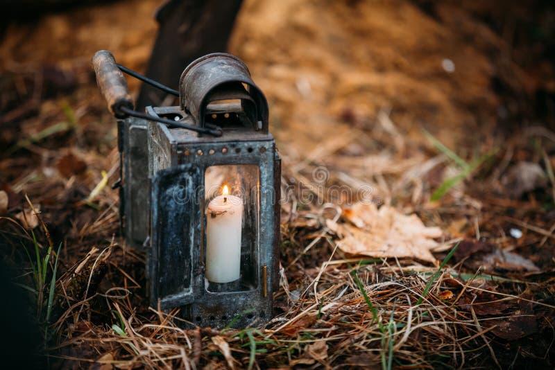 老有灼烧的蜡烛的葡萄酒军用灯笼 免版税图库摄影
