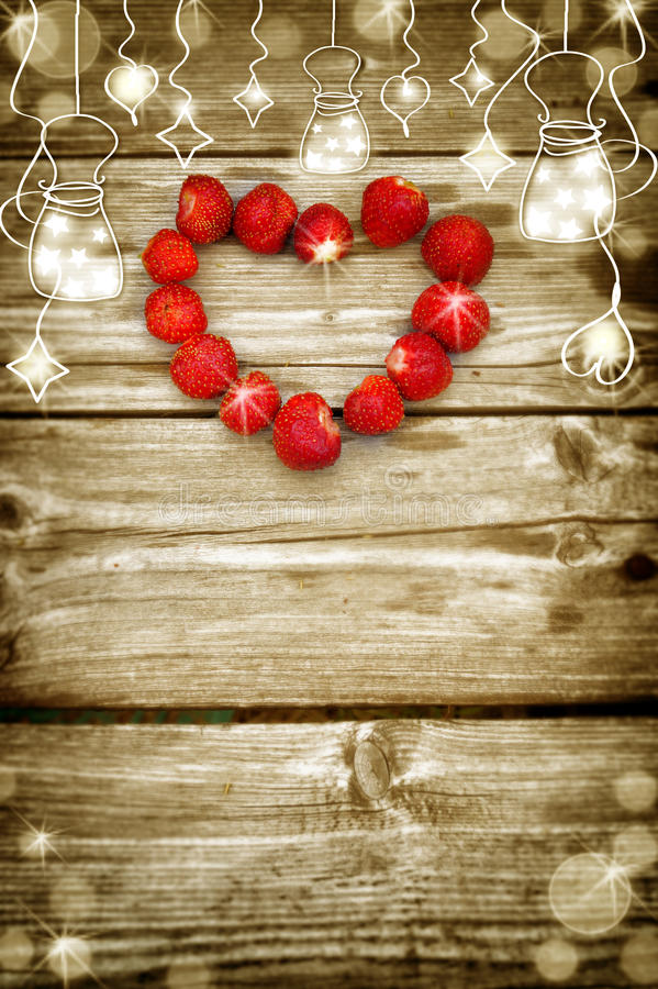老有电灯泡边界的,以心脏的形式草莓难看的东西木板 免版税库存照片