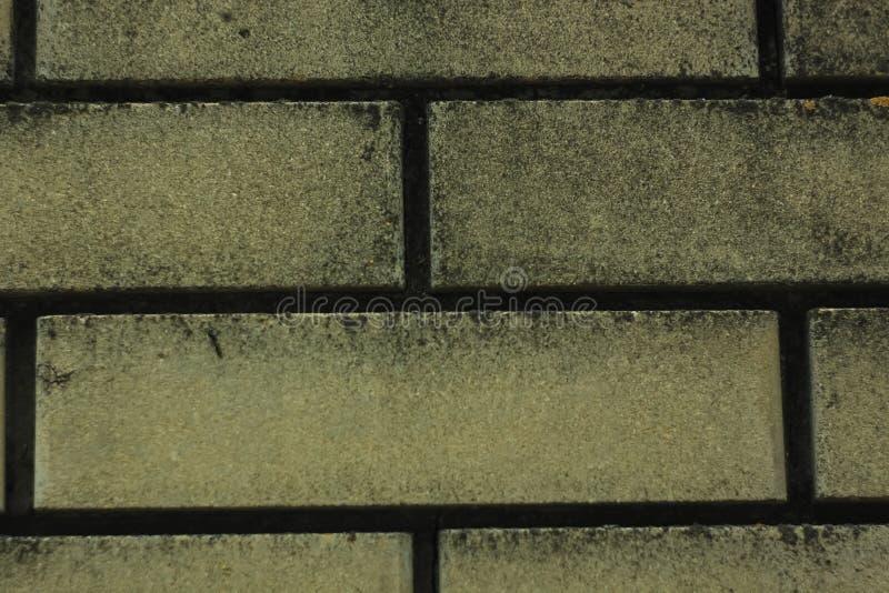 老有黑剥的膏药的葡萄酒肮脏的砖墙背景,纹理 免版税库存图片