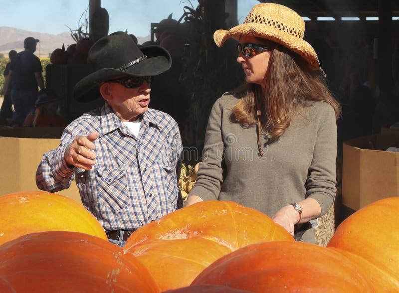 老朋友和夫人Farmer Talk Produce 免版税库存照片