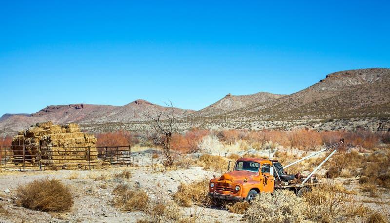 老朋友拖曳车在埃尔帕索的得克萨斯沙漠 库存照片