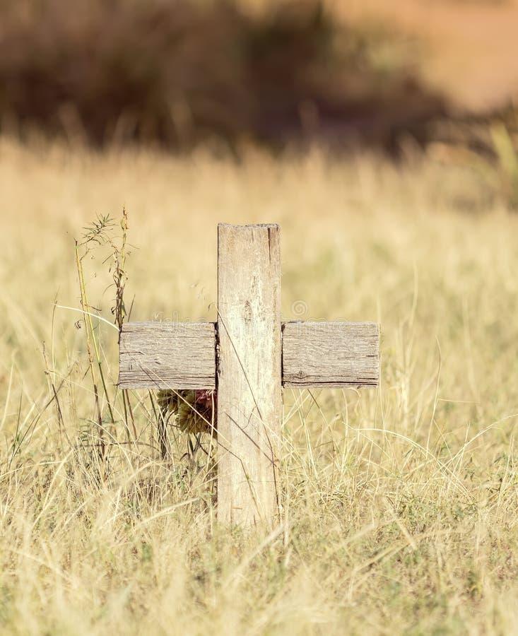 老木十字架在一座历史的公墓 库存照片
