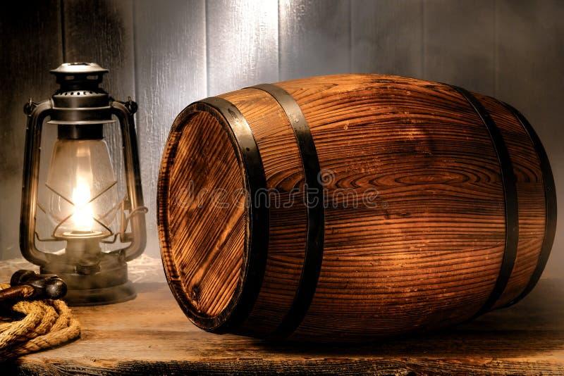 老木古色古香的威士忌酒桶在发烟性大商店里 免版税库存图片