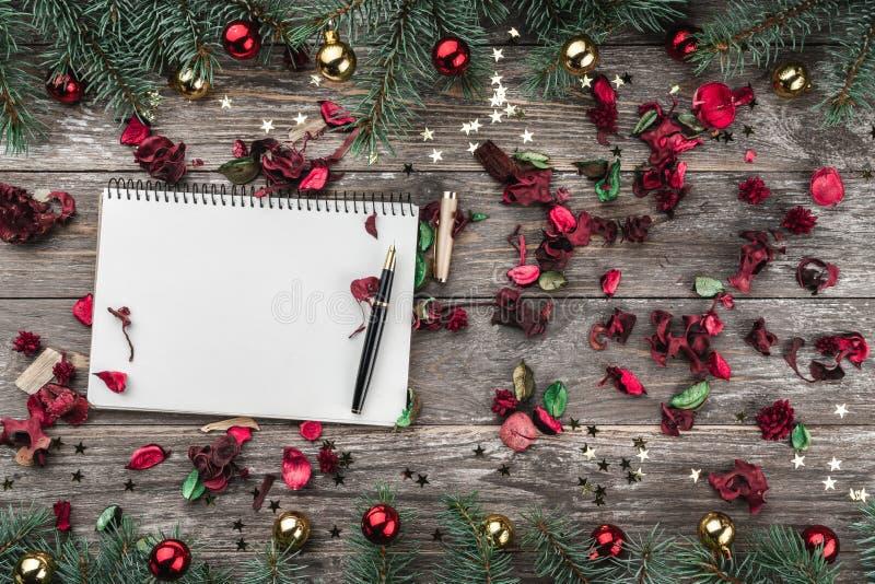 老木圣诞节背景 与中看不中用的物品和金星的冷杉分支 Xmas祝贺文本的空间 顶视图 库存图片