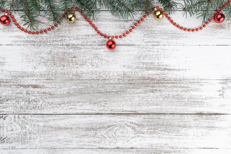 老木圣诞节背景 冷杉分支 金子和红色中看不中用的物品 红色的诗歌选 看板卡例证向量xmas 顶视图 您空间的文本 免版税库存图片