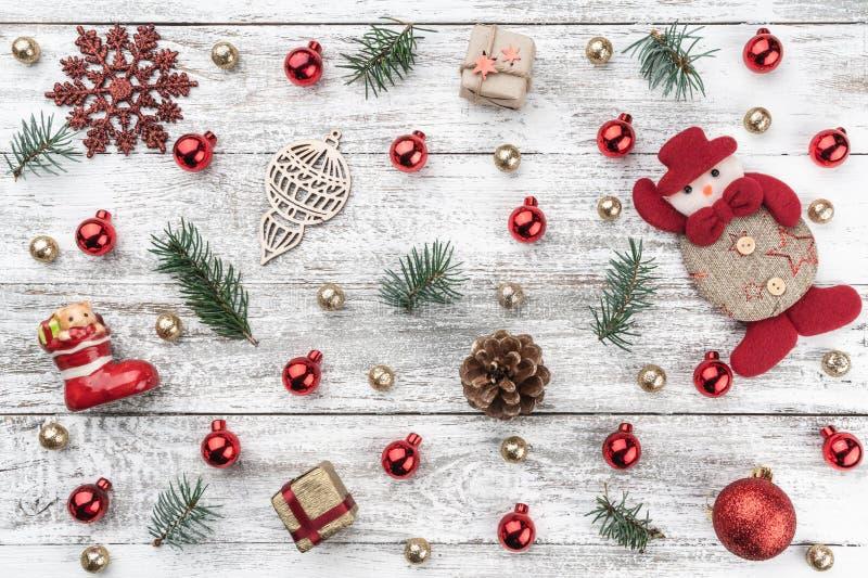 老木圣诞节背景 红色和金中看不中用的物品 分支锥体冷杉 Xmas项目 库存图片