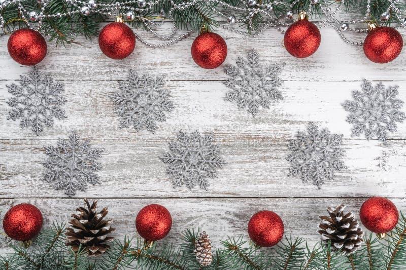 老木圣诞节背景 诗歌选、中看不中用的物品和雪花 分支锥体冷杉 Xmas贺卡 库存照片